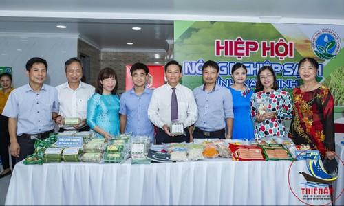 Giám đốc Công ty CP Đầu tư Nam Phát Trần Văn Vững (thứ 4 từ trái sang) tại Hội chợ giới thiệu sản phẩm của Hiệp hội Nông sản sạch tỉnh Nam Định