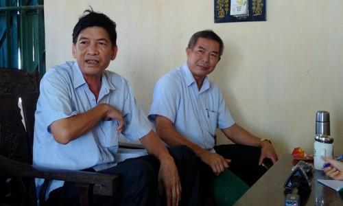 Ông Vũ Văn Hợp, Phó Chủ tịch UBND huyện Tứ Kỳ (bên phải) đến yêu cầu ông Đạt dừng hoạt động sản xuất gạch ngày 5/7/2018