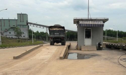 """Một xe chở khoáng sản khai thác """"trộm"""" đi vào cổng nhà máy xi măng"""