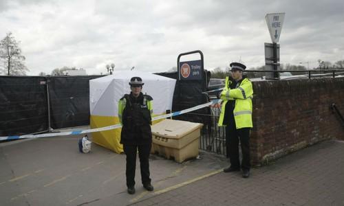 Cảnh sát Anh tại hiện trường cựu điệp viên Skripal và con gái bị trúng độc