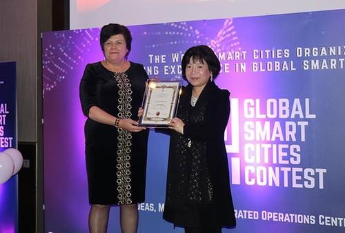 Chị Nguyễn Thị Thanh Nhàn (phải) nhận giải thưởng