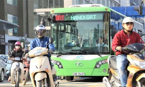 """Đường Hà Nội ít làn, xe máy buộc phải """"cướp"""" đường của BRT"""