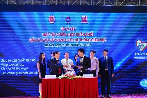 Tập đoàn Sao Mai ký kết với Công ty Cổ phần Thương mại Quốc tế B & B Việt Nam đưa Dầu ăn cao cấp Ranee vào hệ thống giáo dục dưới sự chứng kiến của GS. Tiến sĩ Lê Danh Tuyên (bìa phải)