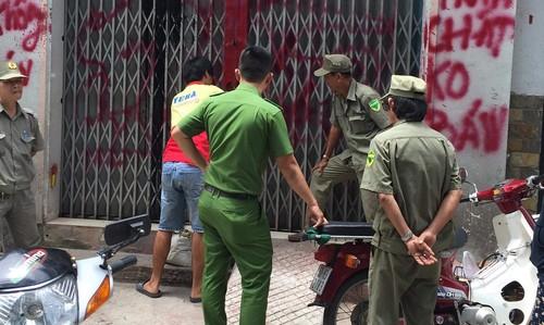 Căn nhà bị nhóm đòi nợ dùng sơn đỏ viết chi chít lên tường, lên cửa