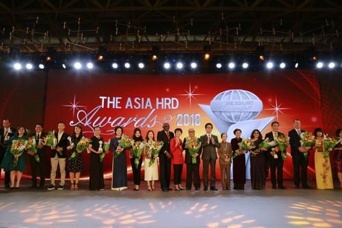 Đại diện các tổ chức và cá nhân được vinh danh với giải thưởng The Asia Human Resource Development 2018