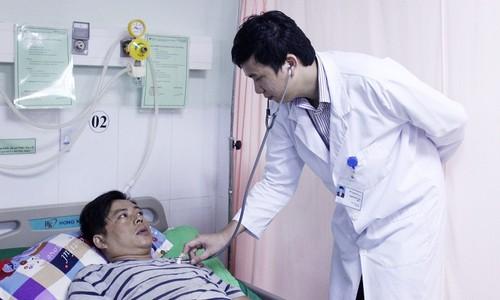 Bác sĩ thăm khám cho bệnh nhân sau khi cứu sống thông qua triển khai Mô hình cấp cứu nội viên