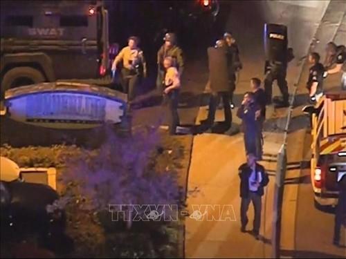 Cảnh sát điều tra tại hiện trường vụ xả súng ở Thousand Oaks, California (Mỹ). Ảnh: ABC/TTXVN