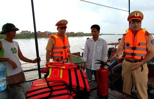 Lực lượng Cảnh sát giao thông tuyên truyền các quy định về pháp luật giao thông đường thủy nội địa. Ảnh QĐND