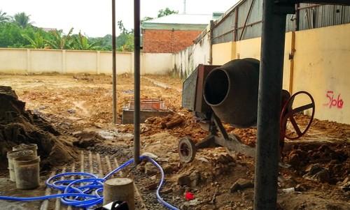 Việc thi công xây dựng trên mảnh đất đang tranh chấp vẫn diễn ra mặc cho văn bản đình chỉ thi công từ UBND xã Phước Tân