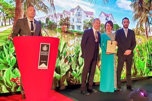 """Đại diện Vinhomes nhận giải thưởng """"Bất động sản tốt nhất thế giới"""" 2018 do IPA trao tặng"""