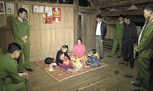 Cháu bé được tìm thấy bàn giao cho gia đình (ảnh Phan Giang)
