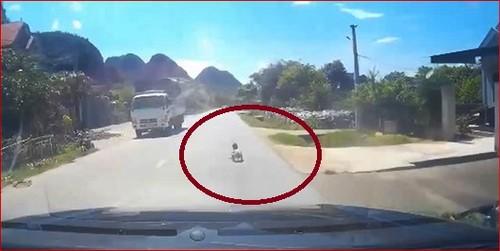 Đứa trẻ bò ngang QL7A giữa trời nắng, may mắn tài xế dừng xe kịp thời (ảnh cắt từ Clip)