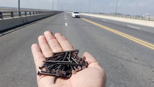 hành vi rải đinh trên đường cần xử lý nặng và nghiêm