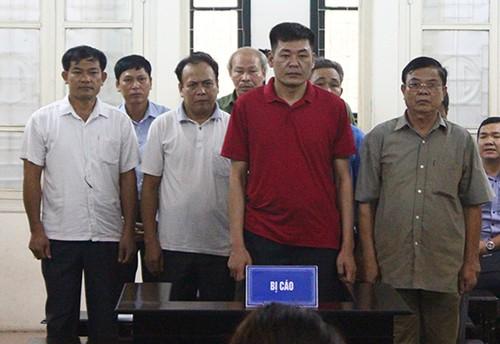 8 bị cáo tại tòa.