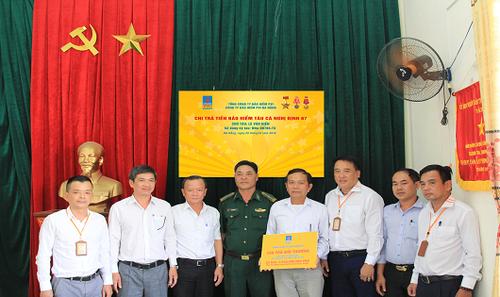 Đại diện Bảo hiểm PVI Đà Nẵng trao số tiền bảo hiểm cho gia đình ông Lê Văn Hiền trước sự chứng kiến của các cấp chính quyền địa phương