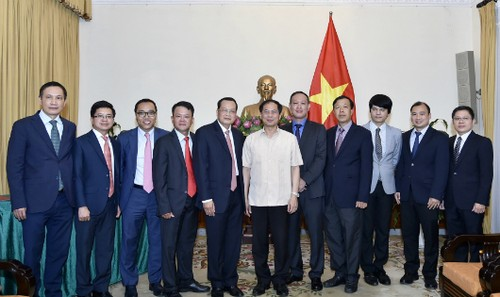 Thứ trưởng thường trực Bùi Thanh Sơn và các cán bộ Bộ Ngoại giao trong ngày trao quyết định tiếp nhận và điều động 3 cán bộ. Ảnh: Báo quốc tế