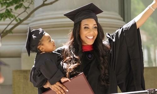 Nữ sinh viên Đại học Havard tiêm thuốc chống cơn co sinh con để làm bài thi