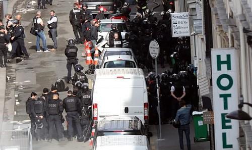 Cảnh sát Pháp bên ngoài tòa nhà nơi phần tử vũ trang bắt giữ con tin. (Nguồn: dailymail.co.uk)
