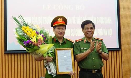 Thiếu tướng Đoàn Duy Khương,Giám đốc CATP trao quyết định và chúc mừng Đại tá Nguyễn Văn Viện. Ảnh: Báo ANTĐ
