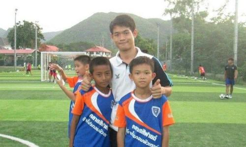 Huấn luyện viên Ekkapol Ake Chantawong (giữa) và các cầu thủ nhí. Ảnh: ETToday.