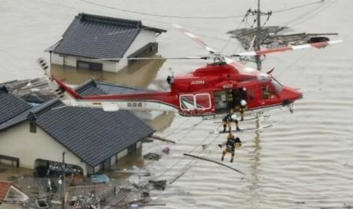 Sơ tán các nạn nhân bị mắc kẹt tại các khu vực ngập lụt nghiêm trọng ở Kurashiki, tỉnh Okayama ngày 7/7 vừa qua. (Ảnh: Kyodo/TTXVN)