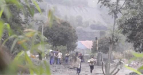 Hiện tượng trộm căp than xảy ra trên các toa tàu của công ty tuyển than Hòn Gai (nguồn Báo Gia đình Việt Nam)