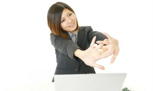 Ngồi nhiều khiến chị em công sở dễ bị tích mỡ, đặc biệt vòng 2 (ảnh minh họa)