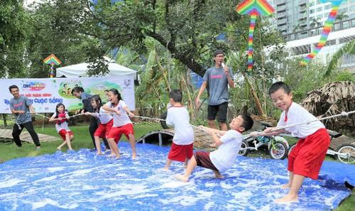 Trẻ em vui chơi không bị ngăn cản ngay cả có lấm lem bùn đất  ít nhất 5 tiếng mỗi ngày sẽ có những biểu hiện tâm lý hành vi tốt hơn trẻ ít ra ngoài