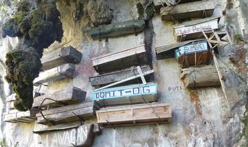 Quan tài treo lơ lửng trên vách đá của người Igorot.