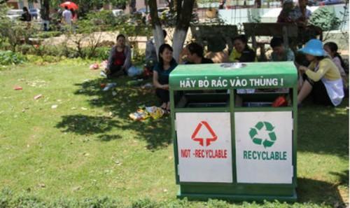 Xả rác ngay bên cạnh thùng rác