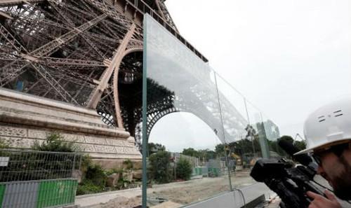 Một phần bức tường kính dày 6,5 cm bảo vệ Tháp Eiffel. Hình chụp ngày 14/6/2018