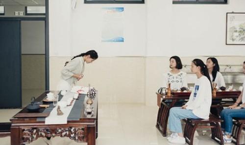 """Để trở thành """"phụ nữ hoàn hảo"""" ở Trung Quốc, cúi chào cũng cần đúng cách"""