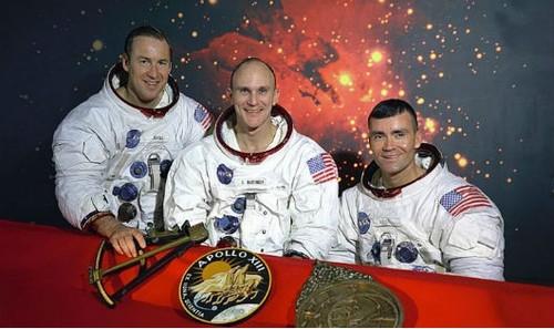 3 phi hành gia của tàu Apollo 13 trở về an toàn.