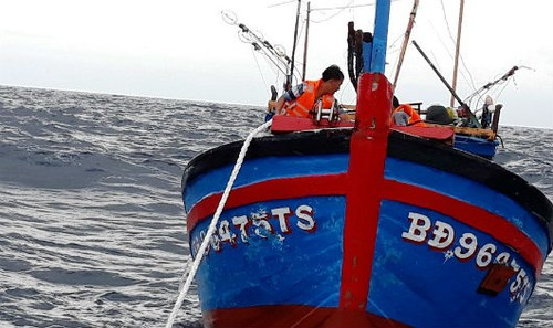Thủy thủ Tàu Hải quân 469 kéo Tàu BĐ 96475TS về âu tàu Song Tử Tây