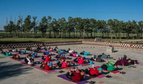 Người già ở làng Yugouliang luyện tập yoga mỗi ngày.