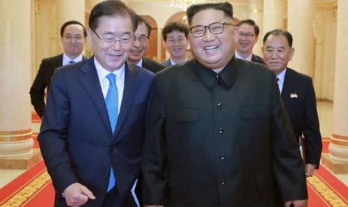 Nhà lãnh đạo Triều Tiên Kim Jong-un và phái viên Hàn Quốc