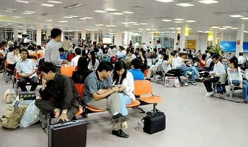 Khách hàng bị chậm chuyến ngồi đợi ở sân bay