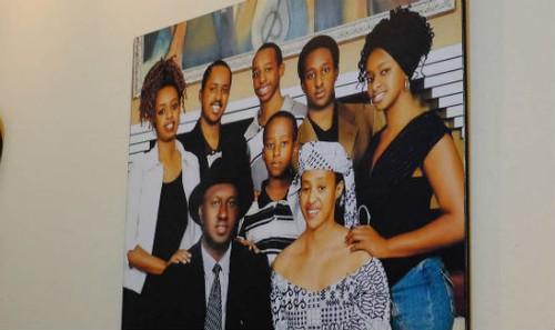 Diane Rwigara, bên trái, trong một bức chân dung gia đình tại nhà Rwigara ở Kigali.