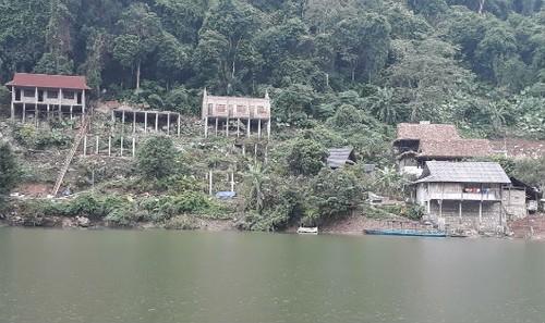 Các công trình vi phạm trật tự xây dựng ngay sát hồ Ba Bể, khiến cảnh quan bị phá vỡ.
