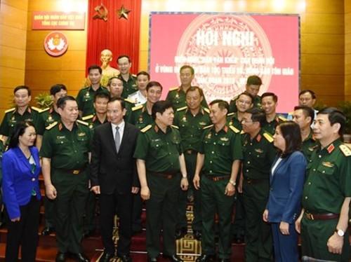 Lãnh đạo Bộ Quốc phòng, Tổng cục Chính trị trò chuyện với các đại biểu.