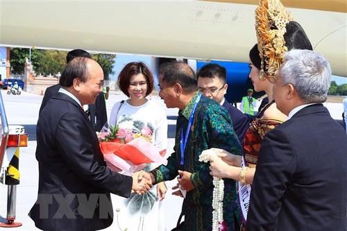 Đại diện Chính phủ Indonesia đón Thủ tướng Nguyễn Xuân Phúc tại sân bay quốc tế Ngurah Rai, thành phố Bali.