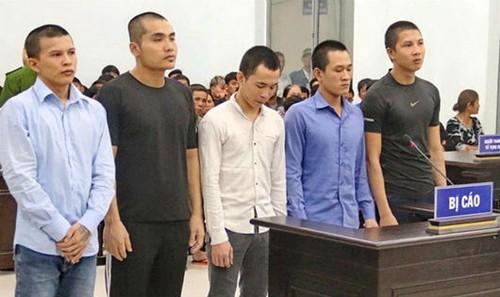 Bị cáo Luân (thứ hai từ trái sang) cùng 4 đồng phạm tại phiên tòa.