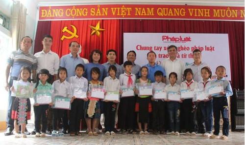 Đoàn công tác Báo PLVN thực hiện chương trình Chung tay xóa nghèo pháp luật tại Điện Biên
