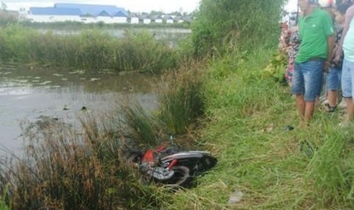Chiếc xe máy hư hỏng nằm dưới bờ vuông tôm
