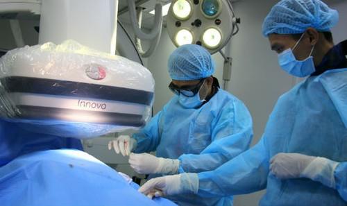 Ekip thực hiện ca đặt máy tạo nhịp tim vĩnh viễn cho bệnh nhân.