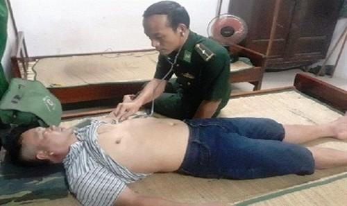 Lực lượng quân y chăm sóc sức khỏe cho ngư dân bị chìm tàu ở cửa biển Thuận An.