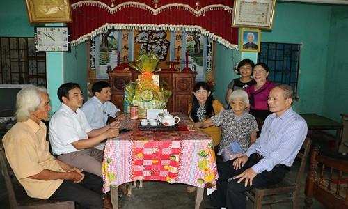 Ông Trương Công Lân (Đầu tiên, bên phải) cùng đại diện lãnh đạo NHCSXH tỉnh và lãnh đạo Chính quyền địa phương thăm, tặng mẹ Hoàng Thị Ký