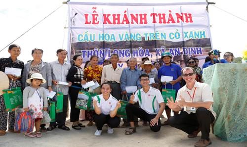 Sinh viên Đông Á đóng góp xây dựng cầu Hoa vàng cỏ xanh và hỗ trợ bà con ở Phú Yên