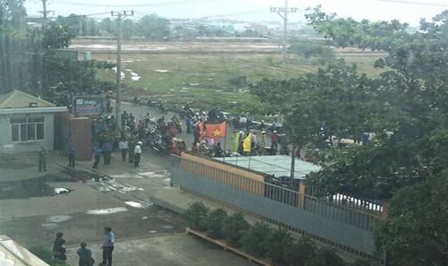 Nhà máy thép tiếp tục bị dân vây cản trở không cho hoạt động