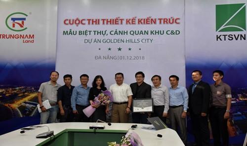 Ban giám khảo trao giải cho các đội tham dự